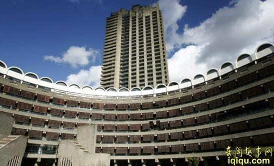 从伦敦格林尼治的千禧巨蛋,到克利夫兰的摇滚名人堂,再到朝鲜最高的烂尾楼柳京饭店等等,都可以称得上世界最丑陋的建筑。虽然这些建筑分布于世界各地,但它们却拥有许多共同的特点。首先是高昂的预算,建造这些庞然大物均耗费了巨额的资金;其次是标新立异,它们都在试图引领未来建筑风格的潮流;还有就是褒贬不一,不管是当地居民、建筑师,还是普通民众,对它们的评价意见分歧很大。   但绝不应该将这些丑陋的大型建筑仅仅当作一个笑料。有时,建筑风格既可以体现一个城市或地区的理念,也可以严重影响一个城市的对外形象。比如,在近期举