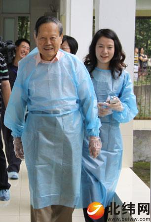 杨振宇跟夫人生活照