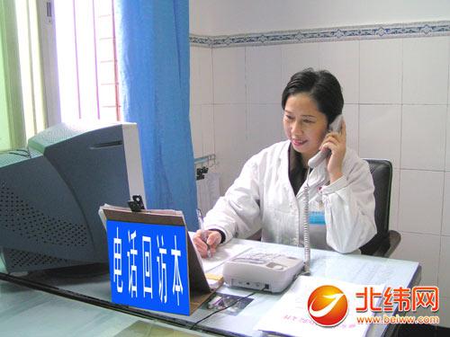 市医院回访工作人员正在对出院病人进行电话回访-沟通从心开始做患