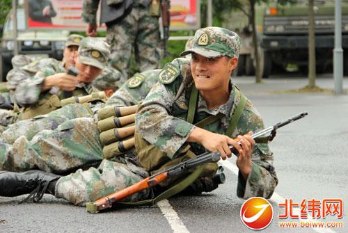 扭住军事训练中心不放松 把灾区灾后恢复重建当战场