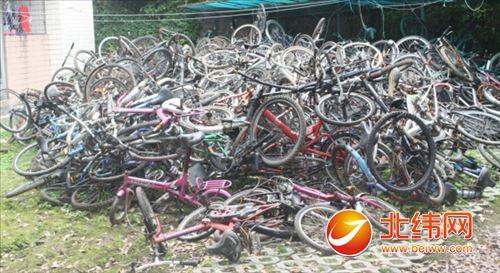校园里的废旧自行车图片