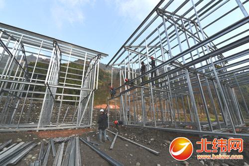 工人正抓紧搭建轻钢结构房主体