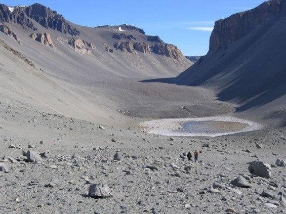 据国外媒体报道,一提到南极大陆,映入人们脑海的是白茫茫的酷寒之地。的确,南极洲大部分地区被厚达4000米的冰层覆盖。但是在南极洲有约4000平方公里的区域却无冰雪覆盖,分布着许多异常干燥的山谷。这里是世界上最干燥的地方,而且也是地球上最接近火星环境的区域。   这一区域被称为麦克默多干燥谷(McMurdo Dry Valleys),位于南极洲麦克默多湾以西,由一系列山谷构成。之所以被称为干燥谷,是因为这里异常干燥,空气中没有一丝水汽,这里大约有200多万年没有过降水了。这一地区是地球上条件最严酷的荒漠