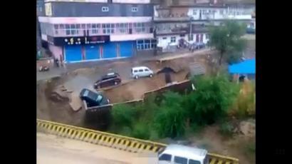 """4日在网上盛传的""""虹口塌方汽车坠河""""视频截图。"""