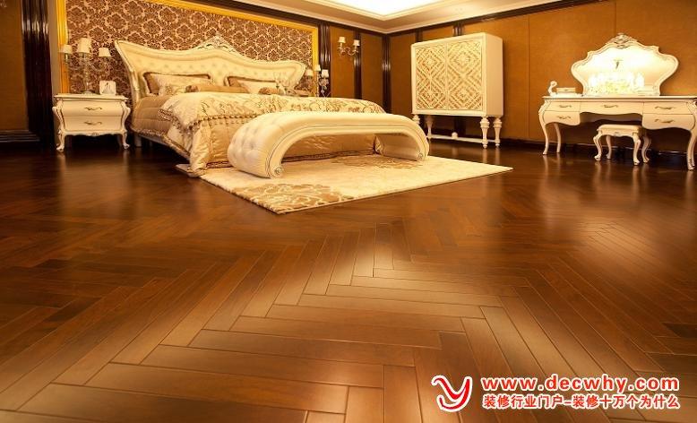 地面木地板施工安装有几个关键技术? 目前地热采暖技术已被广泛用于到新建住宅中,由于其舒服性、方便性等优势,发展较为迅速。但是,什么样的地板适应地热,安装地热地板的关键问题是什么,不同品牌的地板供应商说法不同,造成了消费者的迷茫。地面木地板施工安装有几个关键技术? 一、地板安装技术 为了保证地热地板的安装质量,安装地热地板有一套严格的安装标准,主要对安装环境、安装时间、安装过程进行了严格的要求,从而保证了地热地板的整体质量。 二、地面技术处理 主要是把水泥地面中潮气排除干净。如果地板安装前没有把水泥地面中的