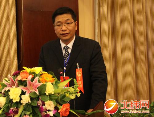 宝兴县委副书记,代理县长马军向大会作政府工作报告