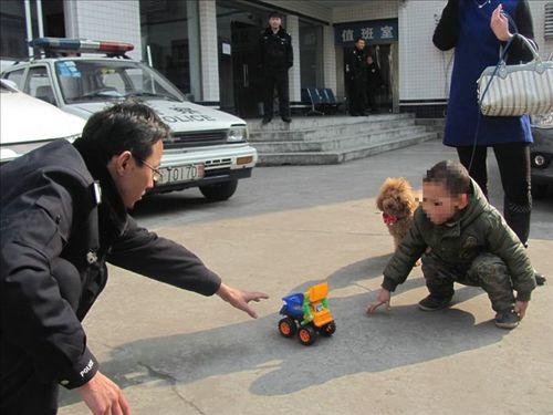 队救助一名走失儿童