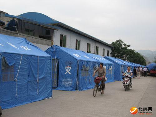 汉源县抓紧搭建救灾帐篷