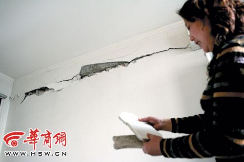 市民住宅内墙体裂缝露出大梁