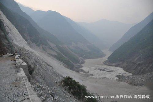 四川省雅安市汉源县境内省道306线发生山体垮塌阻断